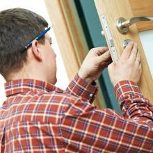 locksmith man fixin door