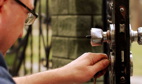locksmith fixing door lock dublin